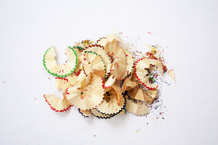 lápiz afilado. virutas de madera de colores. Proceso creativo.