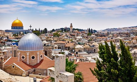 キリスト教徒、ユダヤ人とイスラム教徒の神聖な場所にエルサレムのパノラマ景観の屋上ビュー