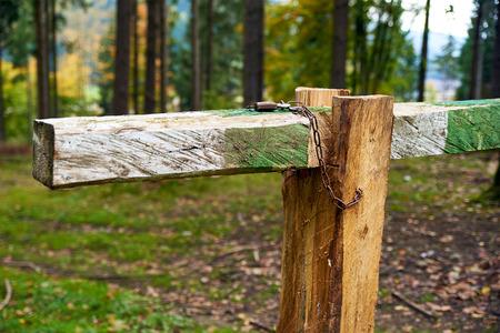 schlagbaum: Closed with lock barrier bar gate in the forest road Lizenzfreie Bilder