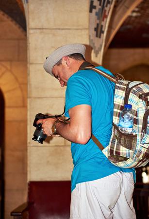 mochila de viaje: Turista del hombre joven con mochila de viaje toma una foto shot photo