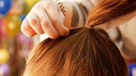 Modelo femenino de conseguir su pelo se vistió antes de un evento. aparición de maquillaje y el peinado son importantes para todas las mujeres hermosas.