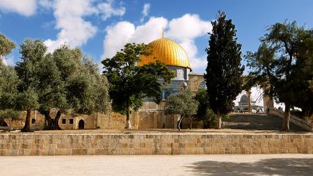 성전 산 위에 예루살렘에있는 바위의 돔. 골든 돔 (Golden Dome)은 예루살렘에서 가장 유명한 모스크와 랜드 마크이며 모든 무슬림을위한 성지입니