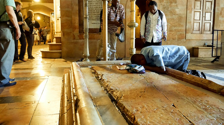 Jerusalem, Israel - May 25, 2017: Prayers at the Stone of Anointing in the Holy Sepulcher Church in Jerusalem. The Church and Empty Tomb the most sacred places for all Christians people in the world. 에디토리얼
