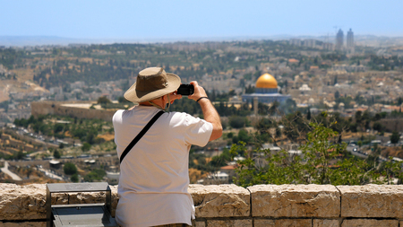 Tourist takes a photo of Jerusalem Old City view. Mount Scopus is a famous Holy Land place and it has a fantastic view to the Old Jerusalem. Jerusalem is a beautiful and popular touristic city. Archivio Fotografico