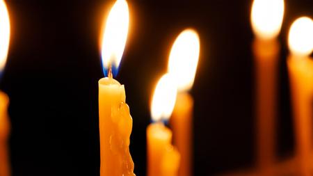 Brennende Kerzen. Celebration Event oder religiöses Denkmal Attribut der Wärme und Aufrichtigkeit.