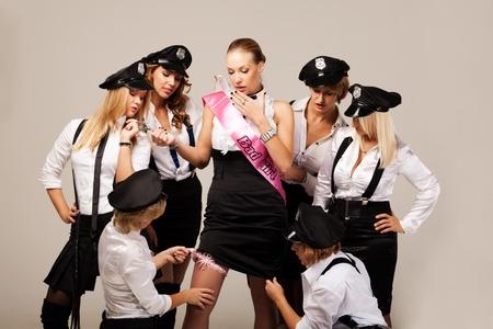despedida de soltera: Compa�eros de partido jugando los agentes de polic�a