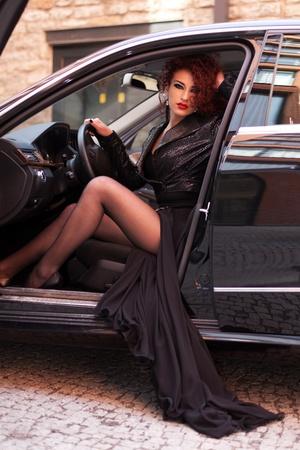 legs spread: Red ragazza dai capelli in auto di lusso Archivio Fotografico