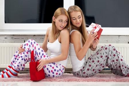 pijama: Dos chicas abren los regalos de Navidad
