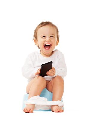 inodoro: Muchacho de risa con el tel�fono inteligente sentado en el bote en el blanco aislado Foto de archivo