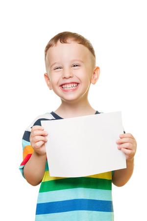 ni�os sosteniendo un cartel: Ni�o peque�o en el fondo blanco con el papel en blanco