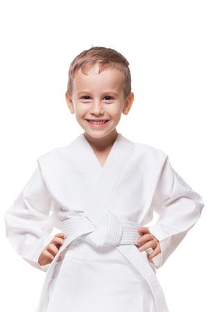 artes marciales: Cabrito sonriente con encanto en nuevo kimono en blanco aislado