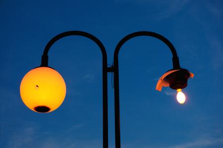 Lâmpada de rua com uma sombra quebrada Foto de archivo - 80872152