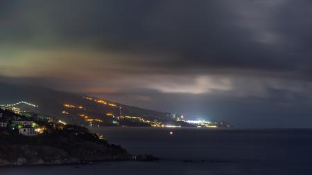 la vista desde fores en la parte oriental de la costa en las luces de la noche Foto de archivo
