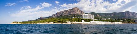 Panorama del parque como telón de fondo de las montañas de Crimea