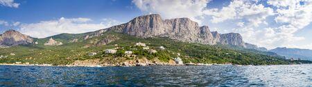 Panorama del parque como telón de fondo de las montañas de Crimea Foto de archivo