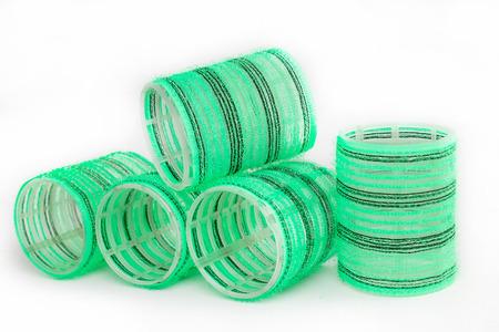 Grüne Lockenwickler isoliert auf weißem Hintergrund