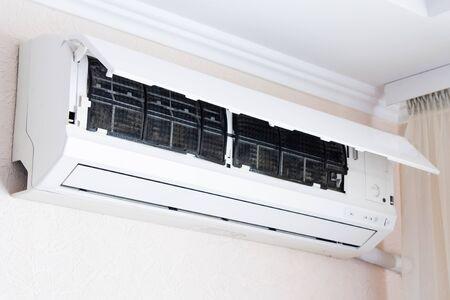 Aire acondicionado doméstico abierto para limpieza Foto de archivo