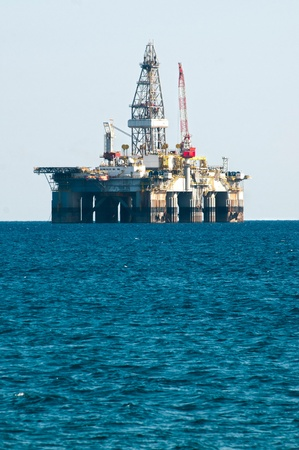 torres petroleras: Plataforma de perforaci�n plataforma petrol�fera en el mar Mediterr�neo Foto de archivo