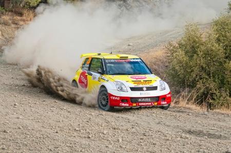 LIMASSOL, Chipre - el 7 de noviembre: Controlador de Karl Kruuda (ee) y el copiloto Mart�n Jarveoja (ee) conducci�n Suzuki Swift S1600 IX durante el evento de Rally Chipre en etapa dorada de amor Chipre Limassol, Chipre, 7 de noviembre de 2010.  Editorial