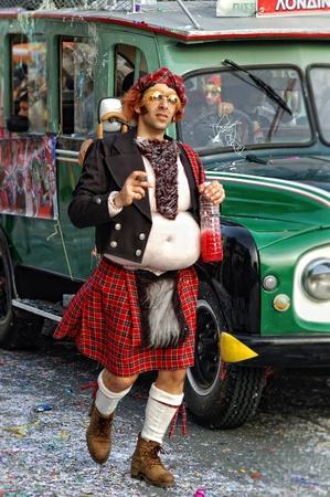 gaita: LIMASSOL - 14 de febrero: Retrato del hombre alto disfrazado de escocés en Limassol carnaval en carnaval desfile el 14 de febrero de 2010 en Limassol, Chipre.