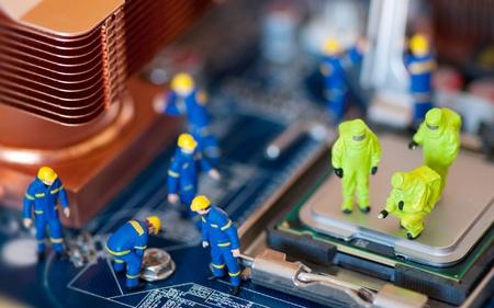 circuitboard: Gruppo di lavoratori edili di riparazione della scheda madre Archivio Fotografico