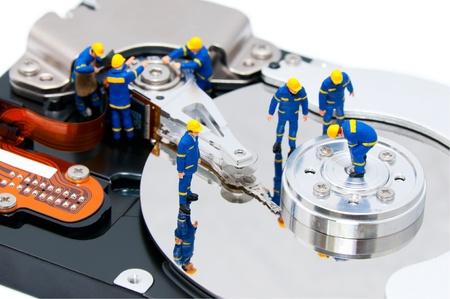 Gruppe von Technikern repariert Festplatte