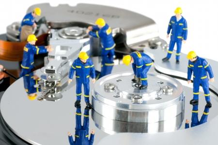 Grupo de trabajadores de reparación de disco duro. Unidad de disco duro concepto de reparación Foto de archivo