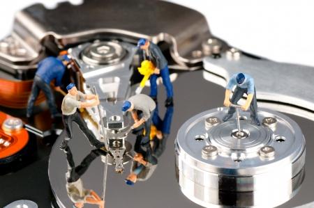 Gruppe von Bauarbeitern Reparatur der Festplatte
