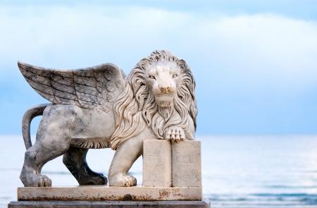 leon con alas: León alado estatua, símbolo de Venecia Foto de archivo