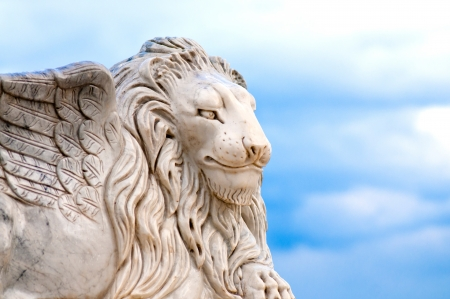 leon alado: Cabeza de le�n con alas, detalle de la estatua antigua