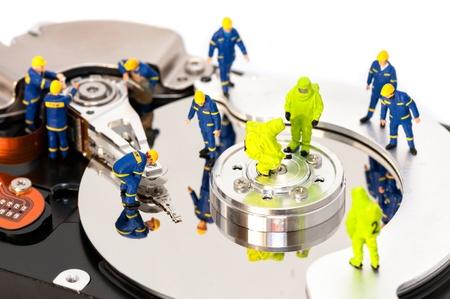 Grupo de ingenieros de mantenimiento de equipo de disco duro concepto de reparación Foto de archivo