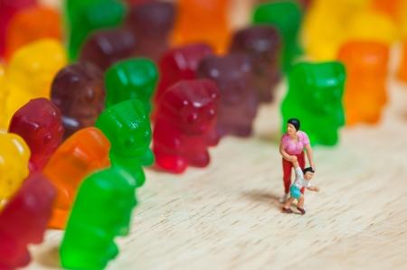 Gummibärchen Invasion Gesundheitsschädlich Junk-Food-Konzept Standard-Bild