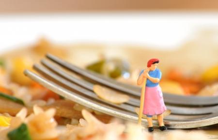 lavare piatti: Casalinga miniatura ottiene pronta a lavare i piatti senza entusiasmo Archivio Fotografico