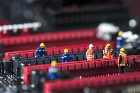 Gruppe von Ingenieuren Fixing Computer Circuit Board Makro-Foto