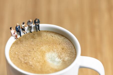 lunchen: Miniatuur business team met een koffiepauze