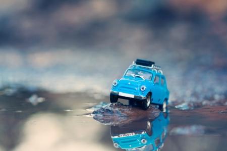 Miniature Reisen Auto mit Gepäck an der Spitze. Makro-Fotografie