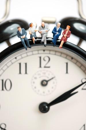 Business-Team sitzt oben auf der riesigen Uhr. Makro-Foto Standard-Bild - 23551987