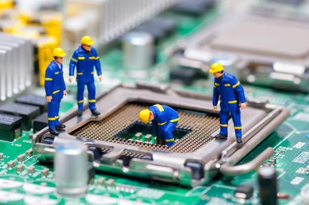 CPU を修復する建設労働者のグループ。技術コンセプト