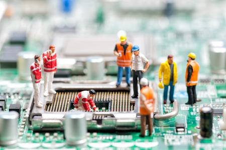 mantenimiento: El equipo de ingenieros que repara la tarjeta de circuitos. Concepto de reparaci�n de computadoras