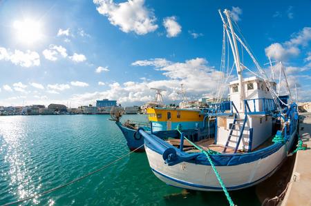 리마 솔 항구에서 오래 된 낚시 보트. 키프로스