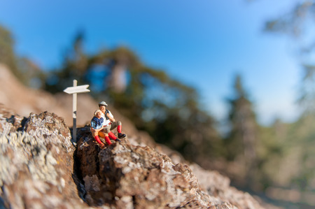 山の上にリラックスのバックパックとハイカー 2。 写真素材