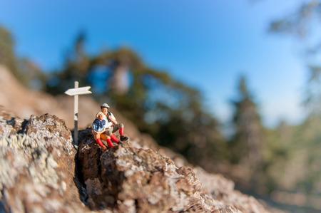 Zwei Wanderer mit Rucksack auf dem Gipfel eines Berges zu entspannen. Standard-Bild - 29607794
