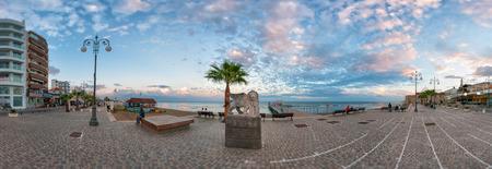 leon alado: Larnaca, Chipre - DICIEMBRE 10 2013 estatua de le�n con alas en el paseo Foinikoudes