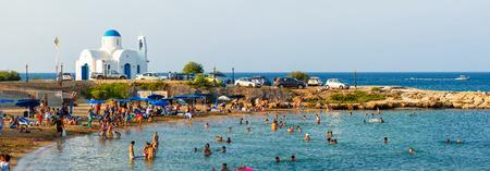 パラリムニ、キプロス - 2014 年 8 月 17 日: 観光客で混雑したビーチ