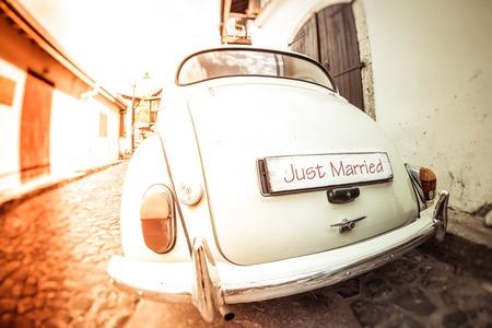 recien casados: Coche de la boda de la antigüedad con la muestra acaba de casarse Foto de archivo