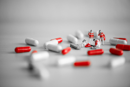 sobredosis: Equipo de rescate Proporcionar primeros auxilios. Concepto de sobredosis de drogas.