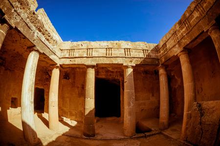王 - 印象的な古代のネクロポリスの墓。パフォス地区、キプロス。 写真素材