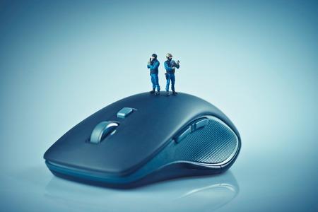 the mouse: Equipo SWAT miniatura en la parte superior del ratón del ordenador. Concepto de seguridad informática. Macro foto