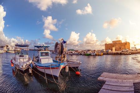 パフォスでボートを背景に城を抱きます。キプロス。