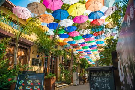 ニコシア、キプロス - 9 月 19 日: アラスター通り、セリミエ ・ モスクにつながる観光通りでカフェ。